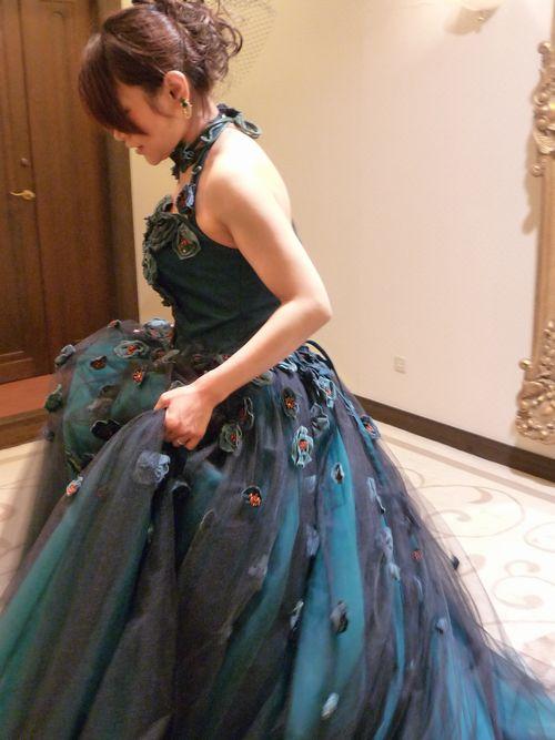 落着いた緑のドレス